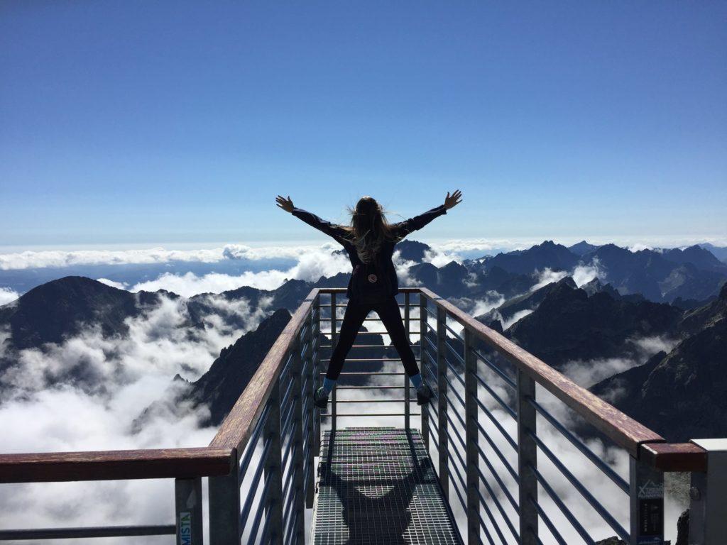 Kobieta na tle gór